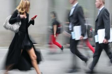 humans-walking-city