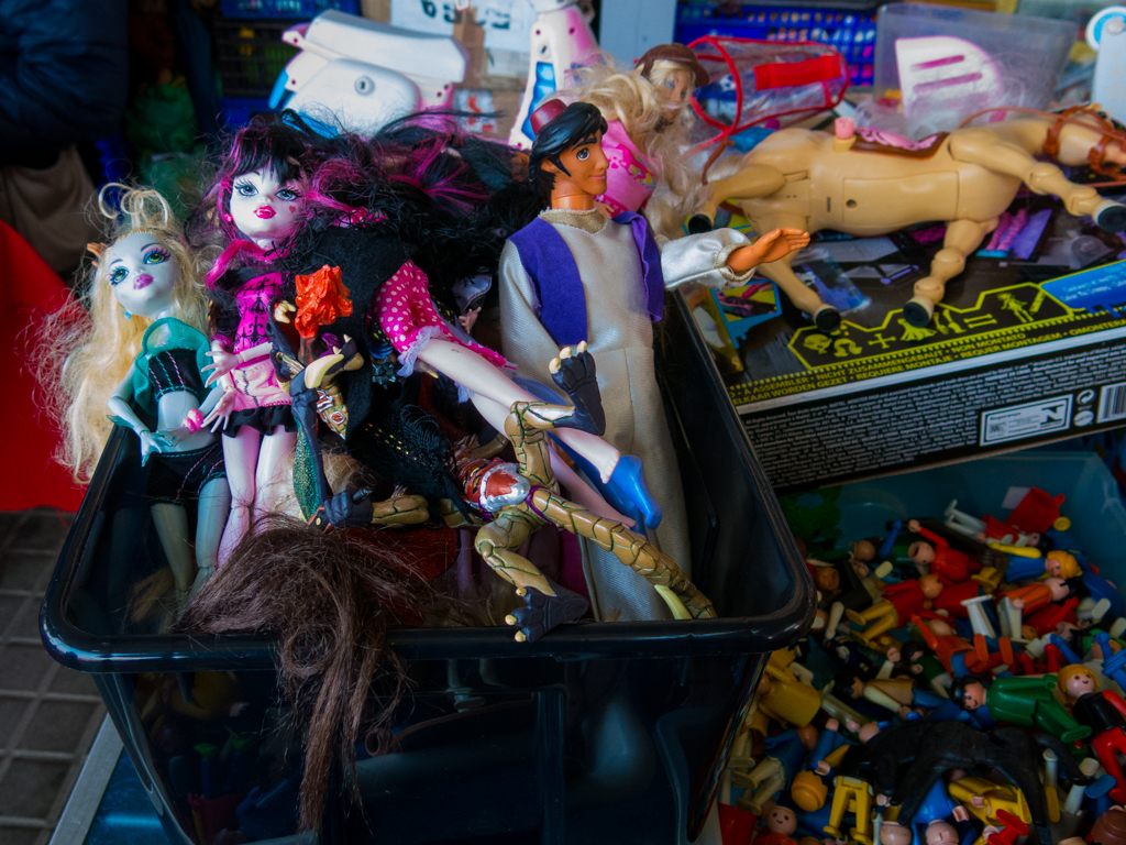 Action figures from Aladdin, the failed Orgy & Drug Birthday Bash edition, complete with not-Bratz dolls, a horse, and a lizard monster for the best party ever.