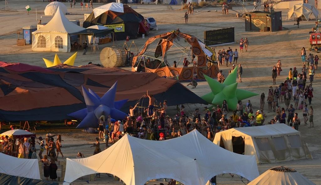 nowhere-festival-spain-zaragoza-burning-man-party-dancing-people-birds-eye