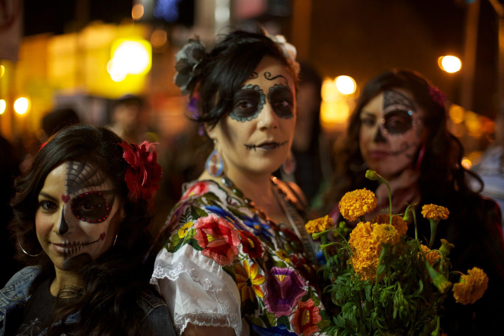 Dia_de_los_Muertos_Celebration_in_Mission_District_of_San_Francisco,_CA