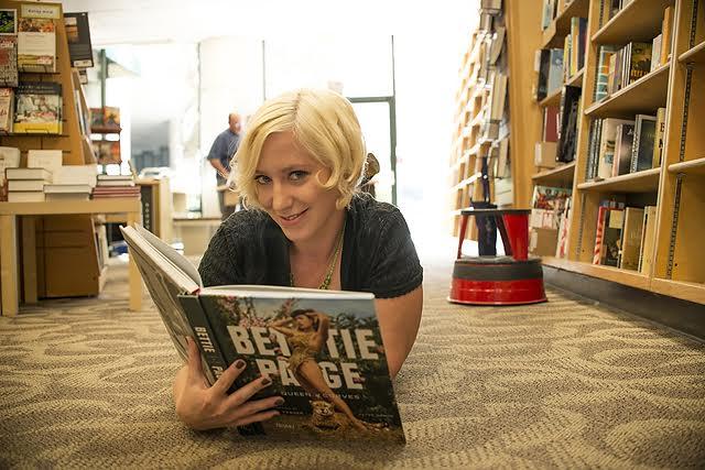 beautiful-women-in-bookstores-Kat-3