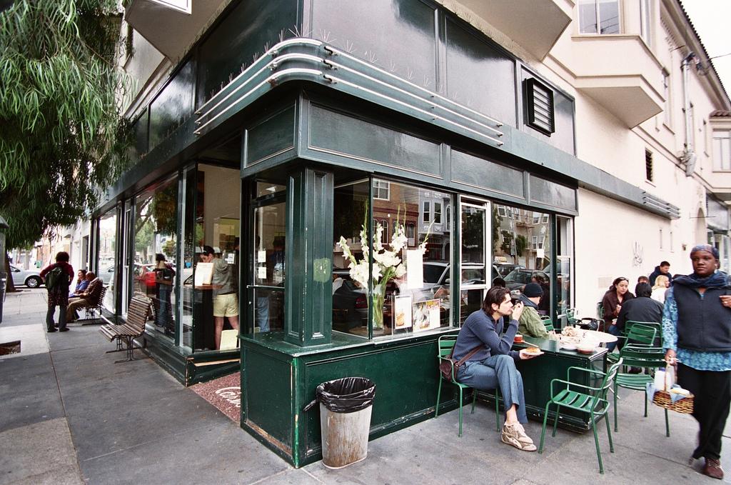 Tartine_bakery_exterior_in_2006